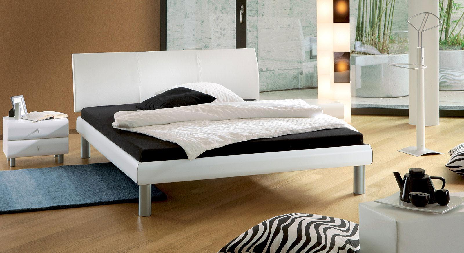 Bett Trentino in Kunstleder weiß mit 20cm hohen Füßen