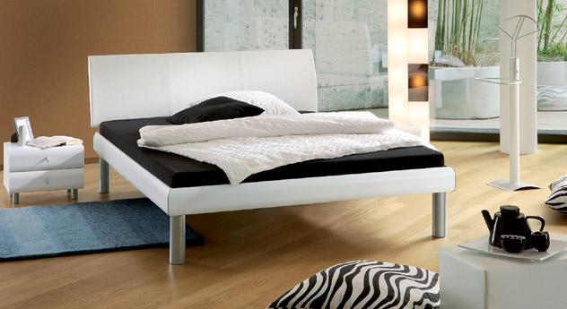 Bett Trentino in Kunstleder weiß mit 25cm hohen Füßen