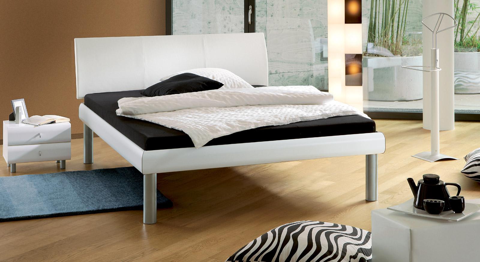 Bett Trentino in Kunstleder weiß mit 30cm hohen Füßen