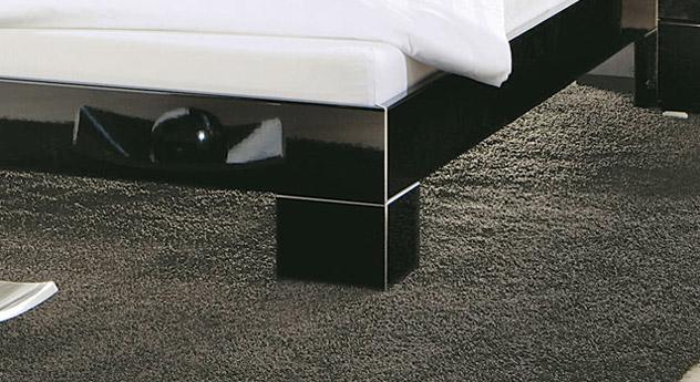 Hochglanz Bett black&white mit Winkel Füßen.