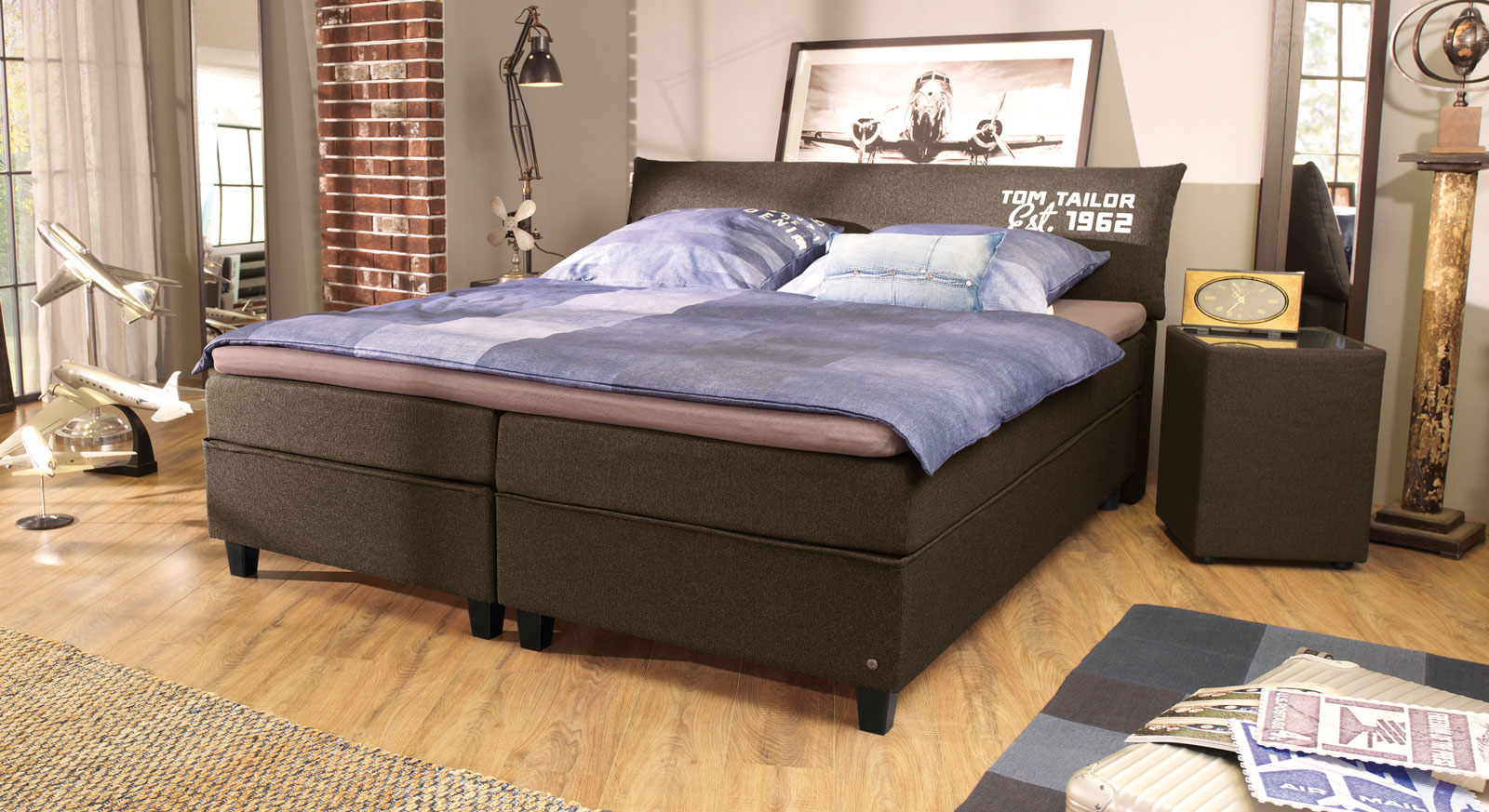 Boxspringbett Tom Tailor Color in Braun mit Aufdruck