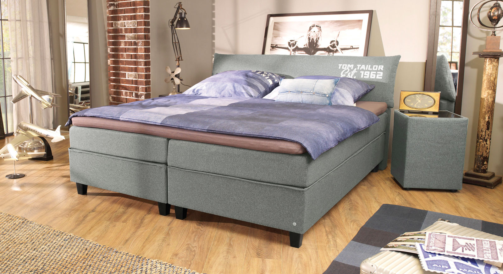 Boxspringbett Tom Tailor Color in Hellgrau mit Aufdruck