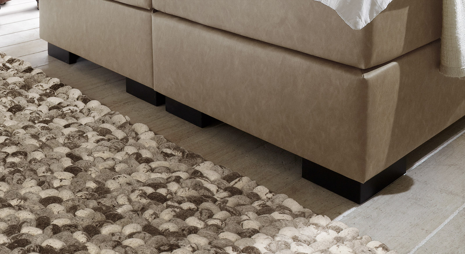 Kunstleder-Boxspringbett Tondela mit niedrigen, wengefarbenen Winkelfüßen