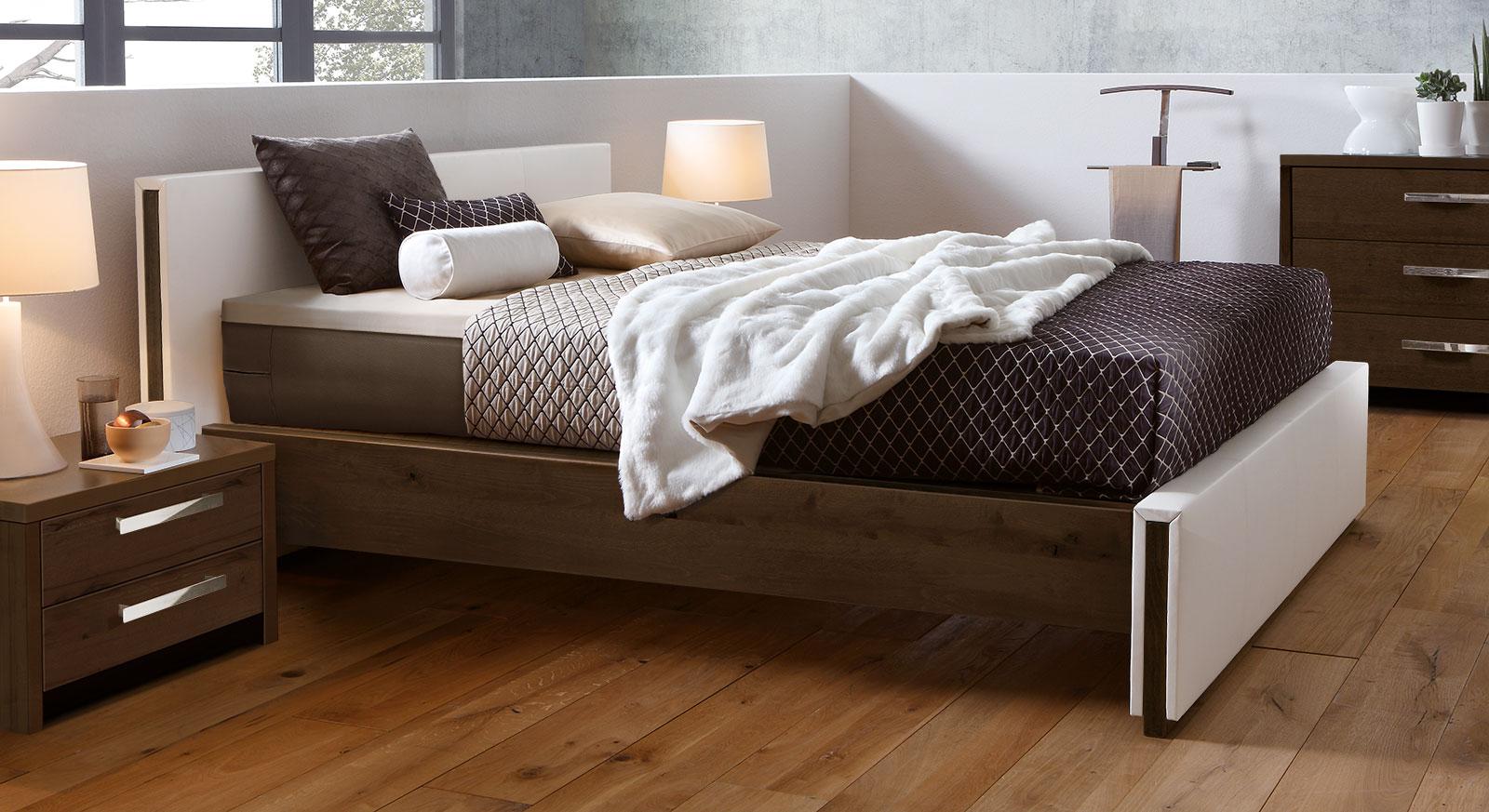 boxspringbett aus kunstleder und massivholz trient. Black Bedroom Furniture Sets. Home Design Ideas