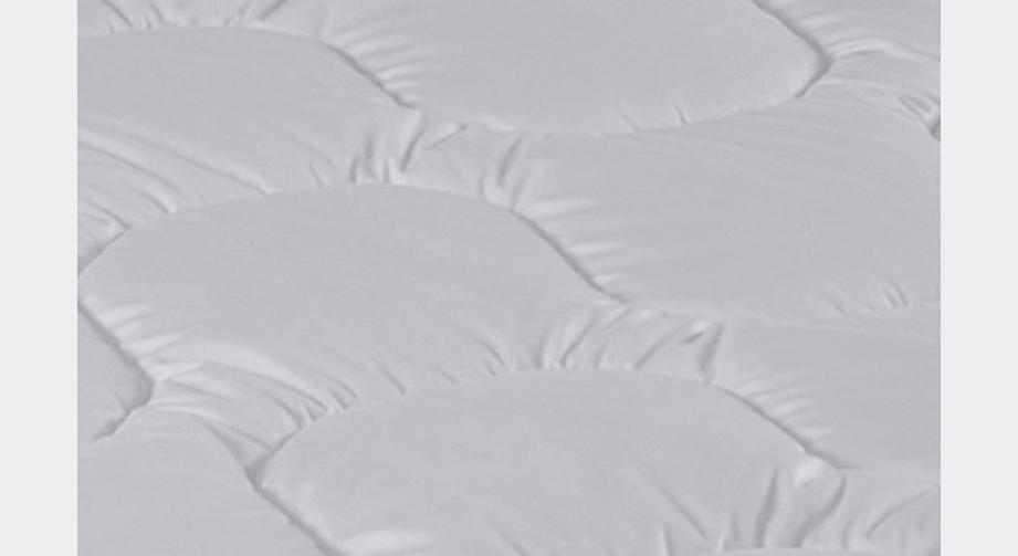 Das Poylester-Material der Bettdecke Wiesental