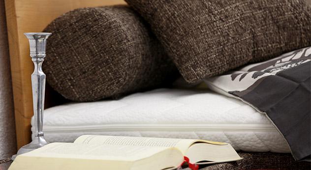 Buch auf Nachttisch