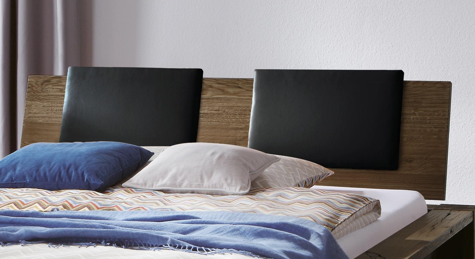 Das Doppelbett Perugia mit Kopfteilkissen in Schwarz