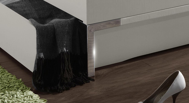 Doppelbett Salford mit verchromten Fussteilen