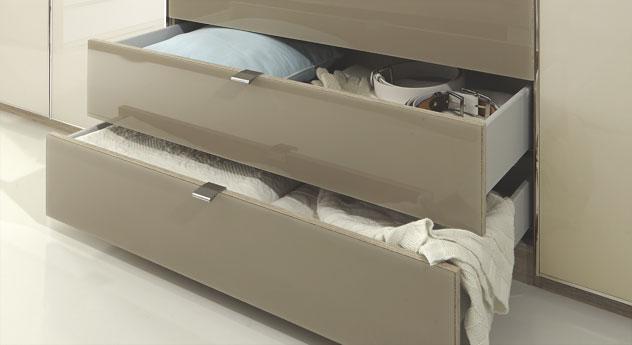 Banga mit praktischen Schubladen am Drehtüren-Kleiderschrank