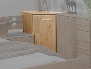 senioren schlafzimmer mit viel stauraum in erle teilmassiv ageo. Black Bedroom Furniture Sets. Home Design Ideas