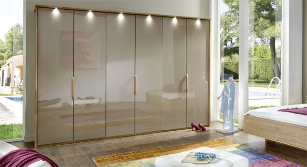 Falttüren-Kleiderschrank Morley in Sahara-Glas mit Passepartout-Rahmen und Beleuchtung