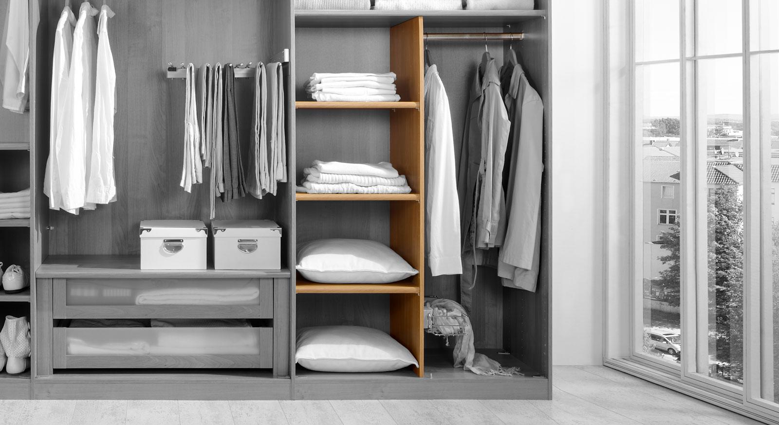 Innenausstattung für Kleiderschränke mit Einlegeböden und Kleiderstange