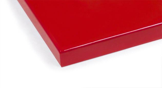 Rotes MDF-Farbmuster fürs Kinderbett