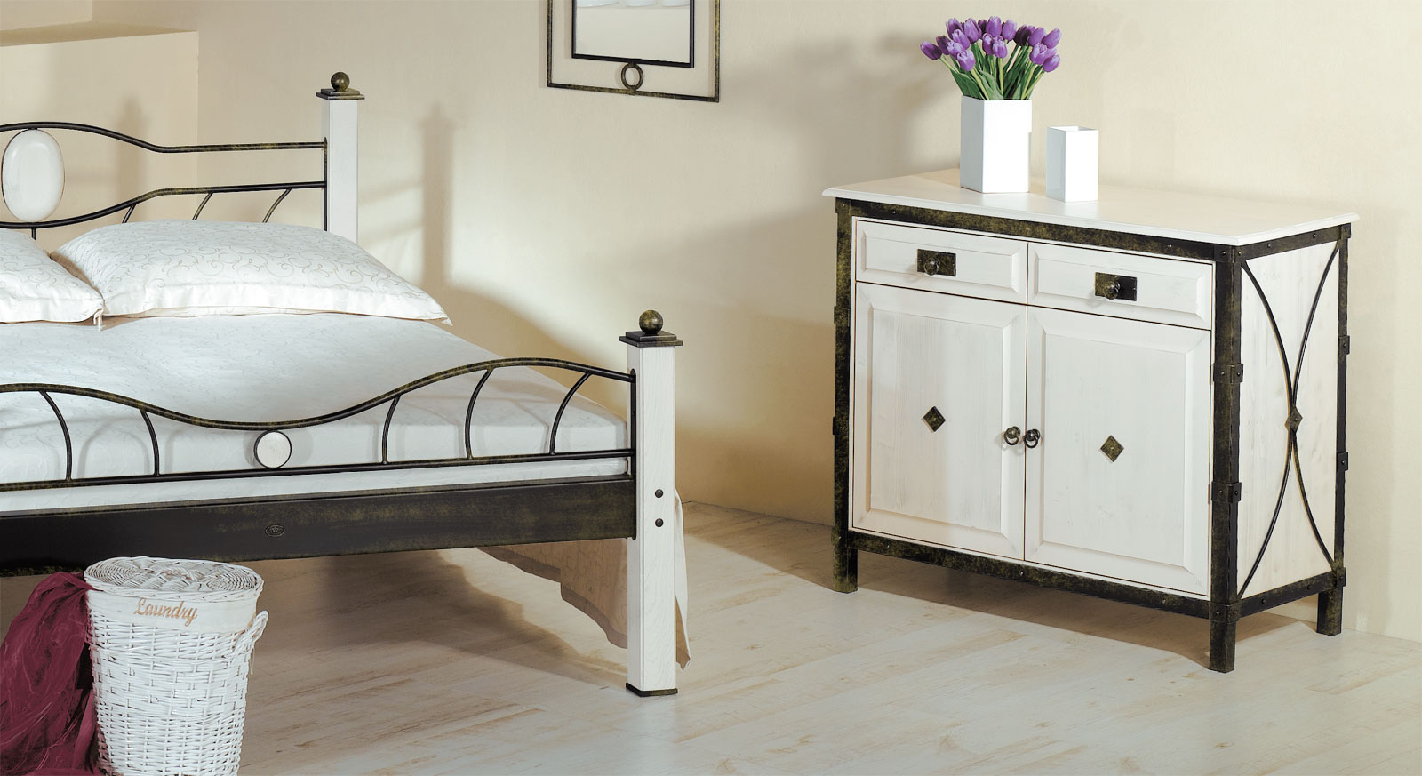 kommode aus schmiedeeisen und massivholz lavia. Black Bedroom Furniture Sets. Home Design Ideas