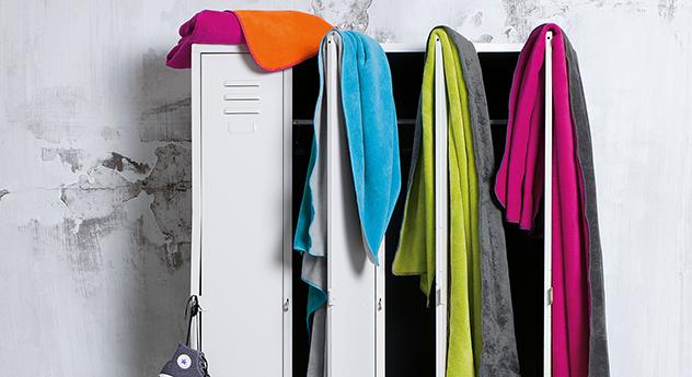 Die stylische und moderne Kuscheldecke Double-Colour ist weich.