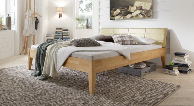 Das Bett Leonardo aus naturfarbener Buche und cremefarbenem Kunstleder