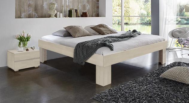 Massivholzliege Lucca Komfort in modernem Buche Weiß mit 30cm Fußhöhe.