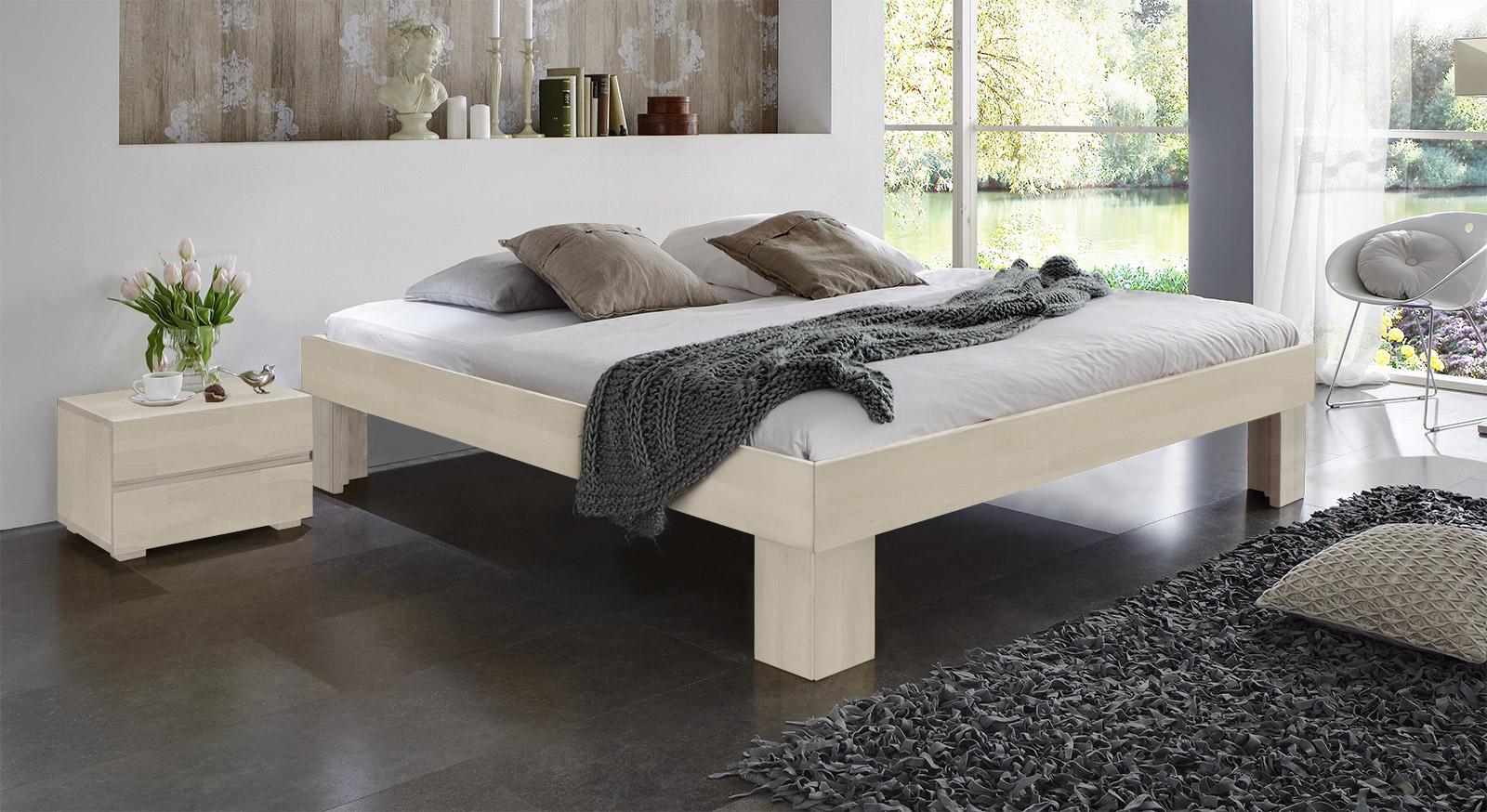 Massivholzliege Lucca Komfort in modernem Buche Weiß.