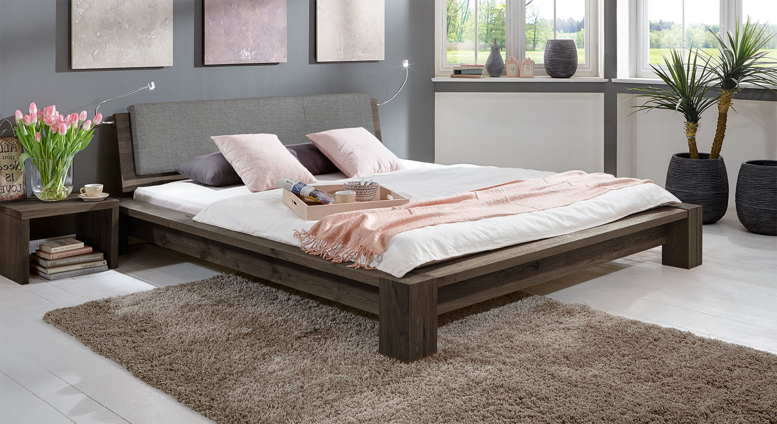 Hochwertiges Design-Massivholzbett Domingo aus stabiler WIldeiche in Coffee.