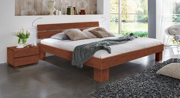 Massivholzbett Maidstone aus Buchenholz in kirschbaumfarben mit Fußhöhe 20cm.