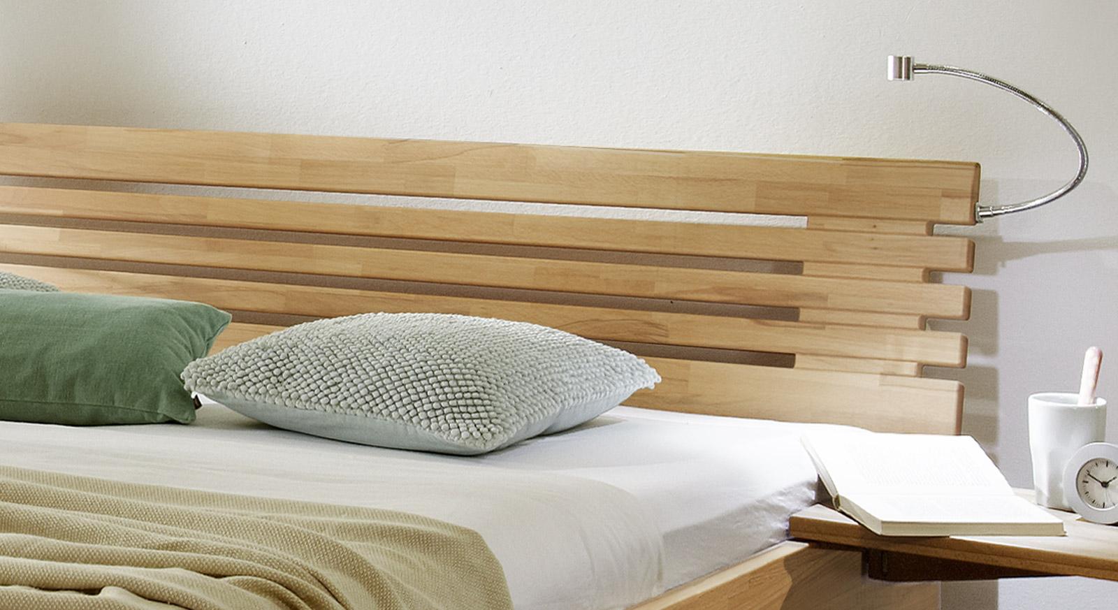 Massivholzbett Marmore mit modernem Sprossenkopfteil