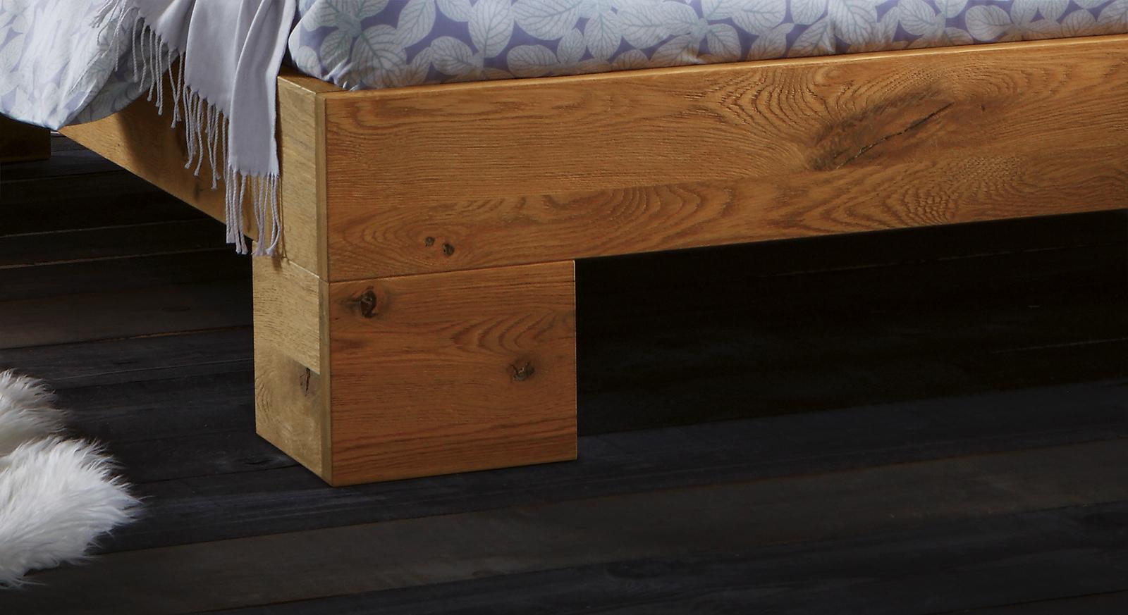 Massivholzbett Porto aus Wildeiche mit stabilen kanten-Füßen.