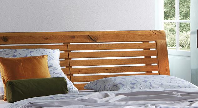 Massivholzbett Porto aus Wildeiche mit elegantem Sprossen-Kopfteil.
