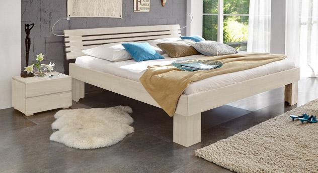 Massivholzbett White Romance in Weiß mit 30cm Füßen.