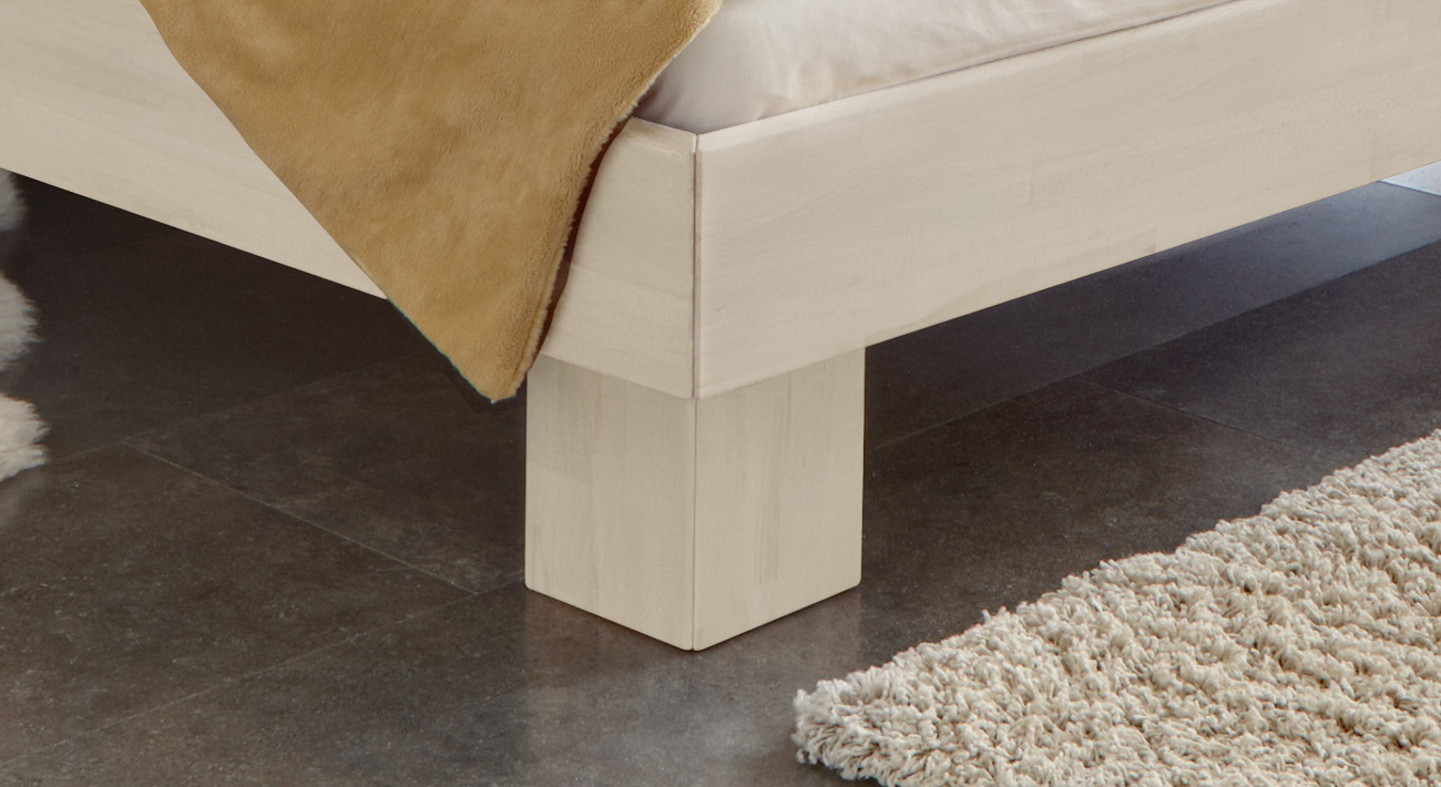 Massivholzbett White Romance in tollem Design mit stabilen Füßen.