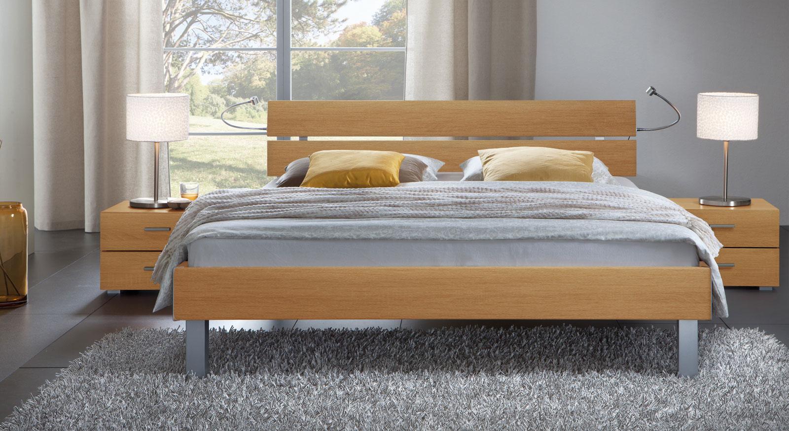 Das Bett Belluno in der Fußhöhe 20cm und aus MDF, buche natur