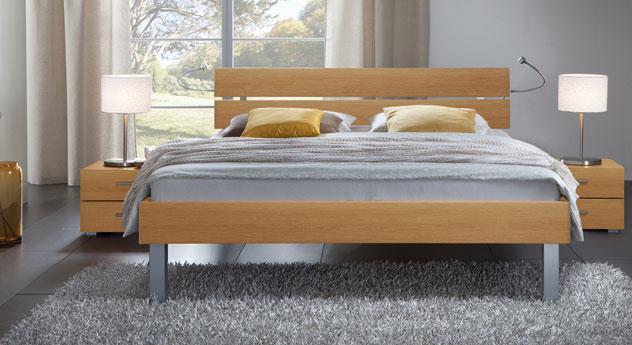 Das Bett Belluno in der Fußhöhe 25cm und aus MDF, buche natur
