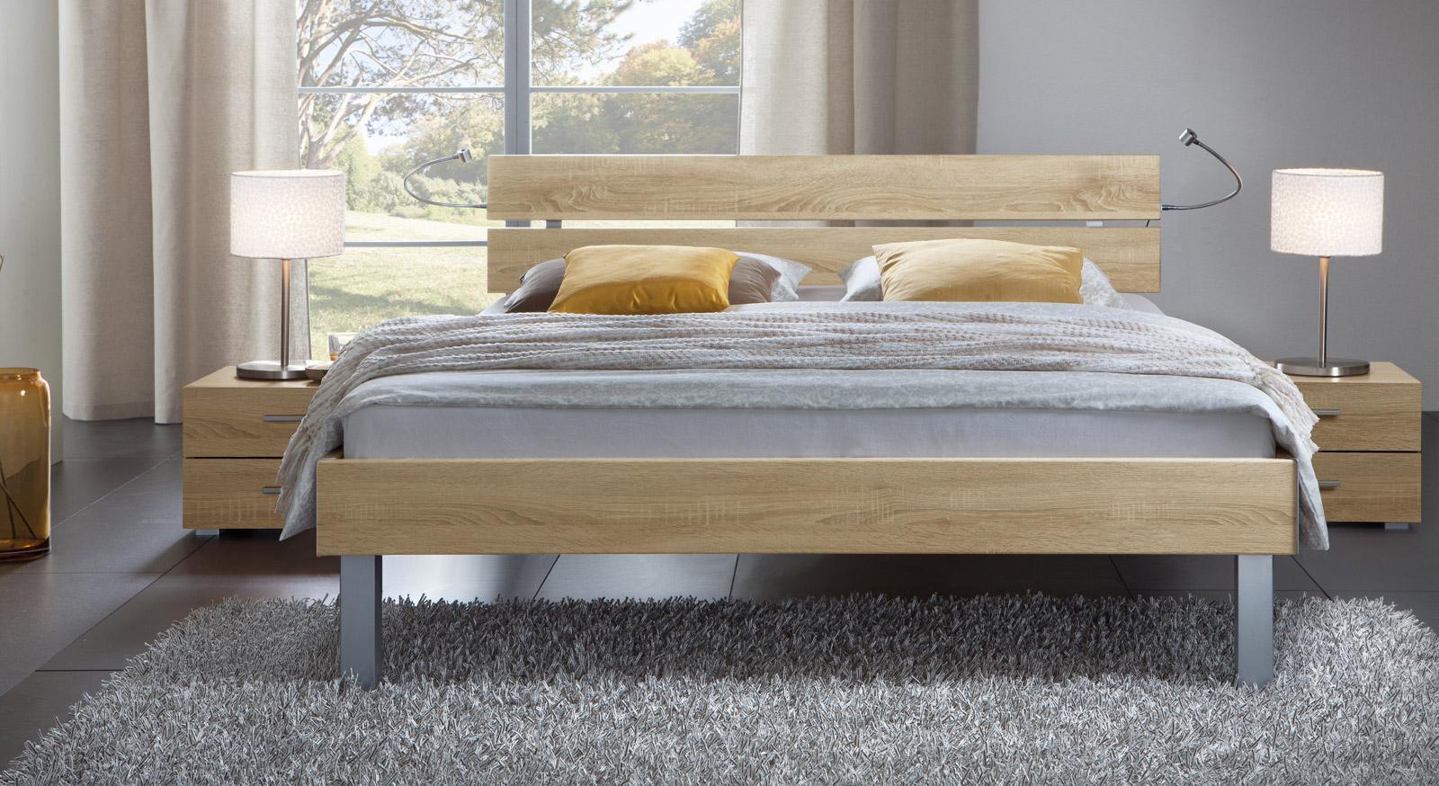 Das Bett Belluno in der Fußhöhe 25cm und aus MDF, eiche sägerau