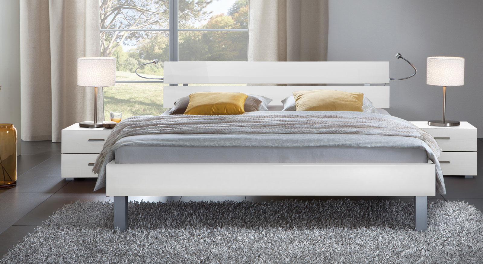 Das Bett Belluno in der Fußhöhe 20cm und aus MDF, hochglanz weiss