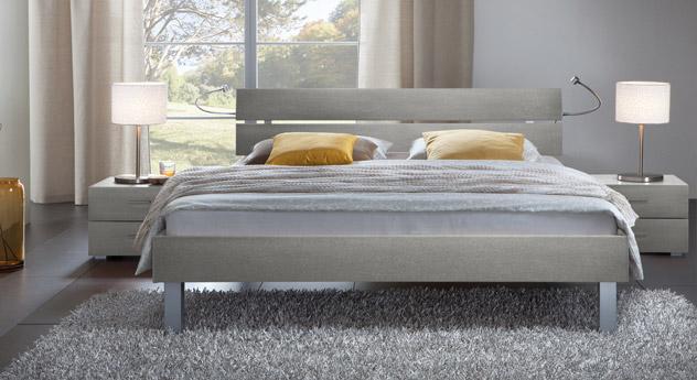 Das Bett Belluno in der Fußhöhe 20cm und aus MDF, metallfarben