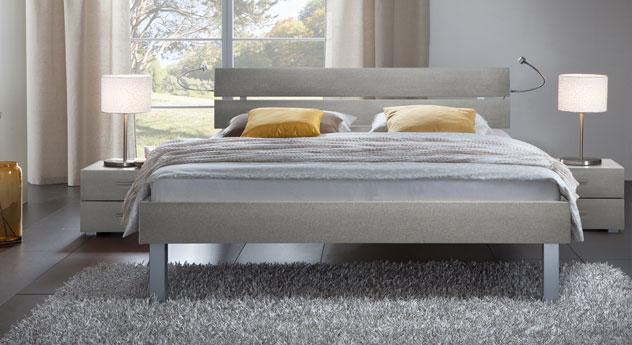 Das Bett Belluno in der Fußhöhe 25cm und aus MDF, metallfarben