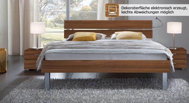 Das Bett Belluno in der Fußhöhe 25cm und aus MDF, nussbaum