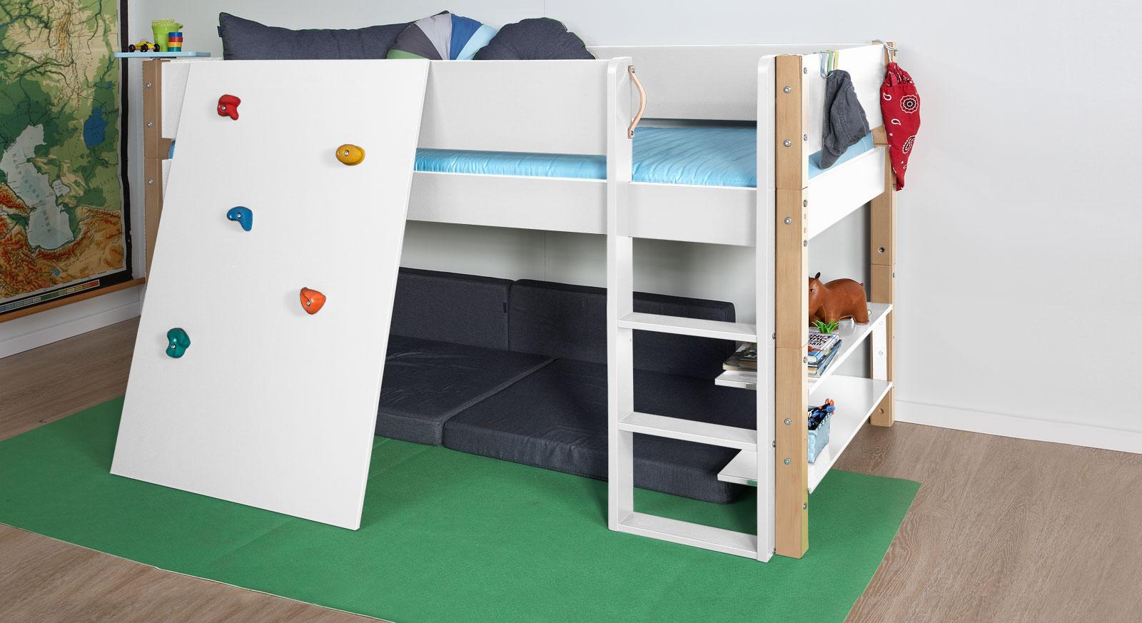 Mini-Hochbett Kids Town mit Kletterwand in weiss und Buchepfosten