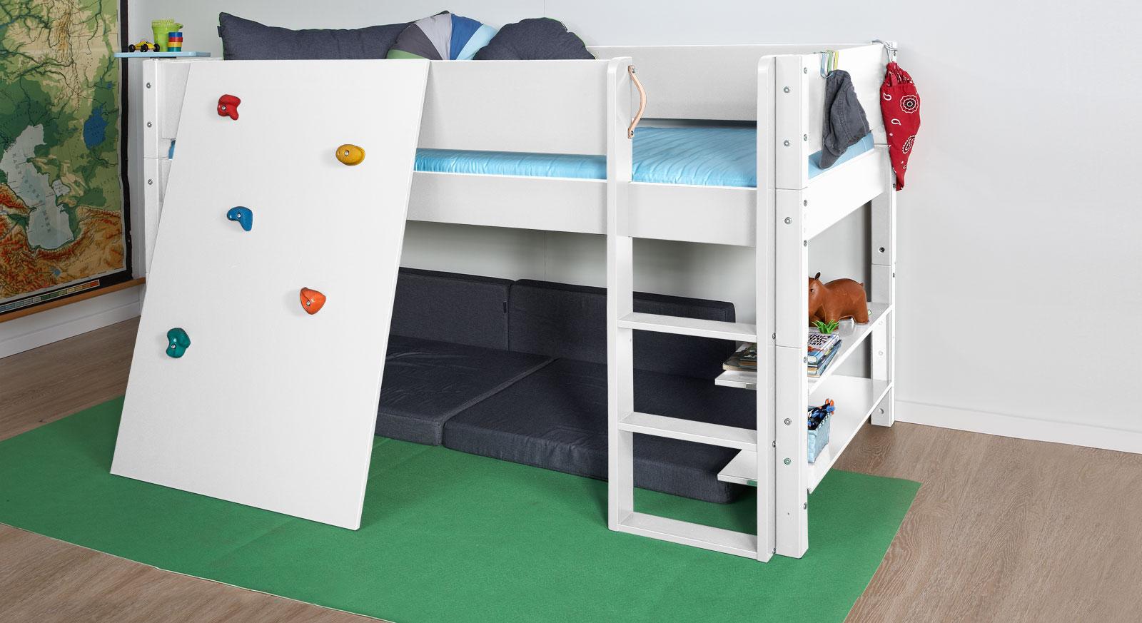 Niedriges Hochbett z. B. in Weiß mit Kletterwand - Kids Town