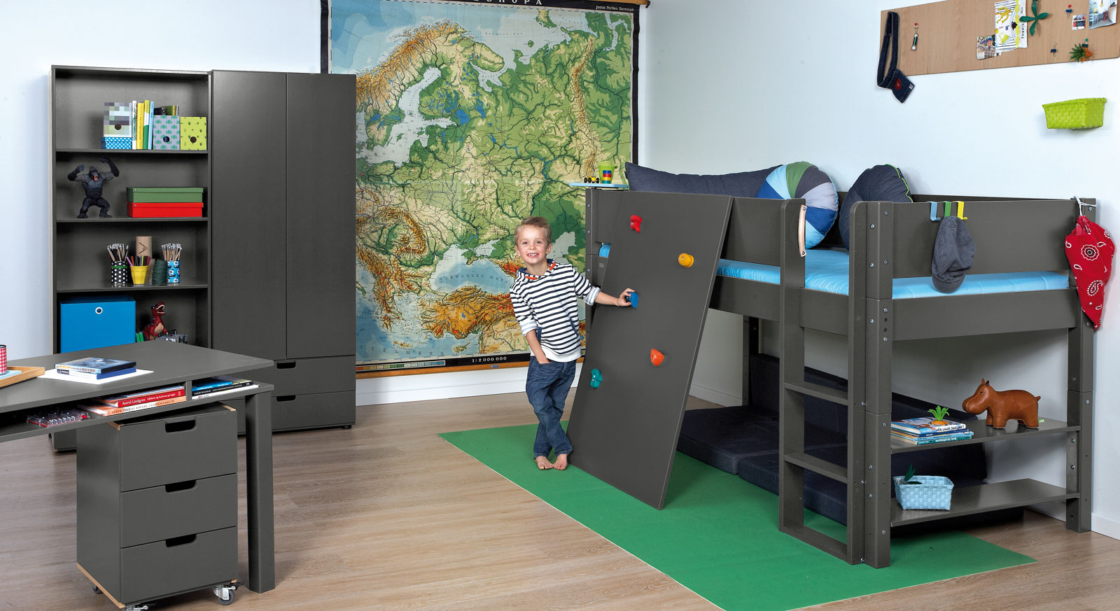 abenteuer kinderzimmer mit hochbett kletterwand kids town. Black Bedroom Furniture Sets. Home Design Ideas