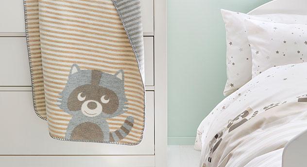 Moderne Jacquard-Kinder-Kuscheledcke s.Oliver Waschbär mit passenden Produkten