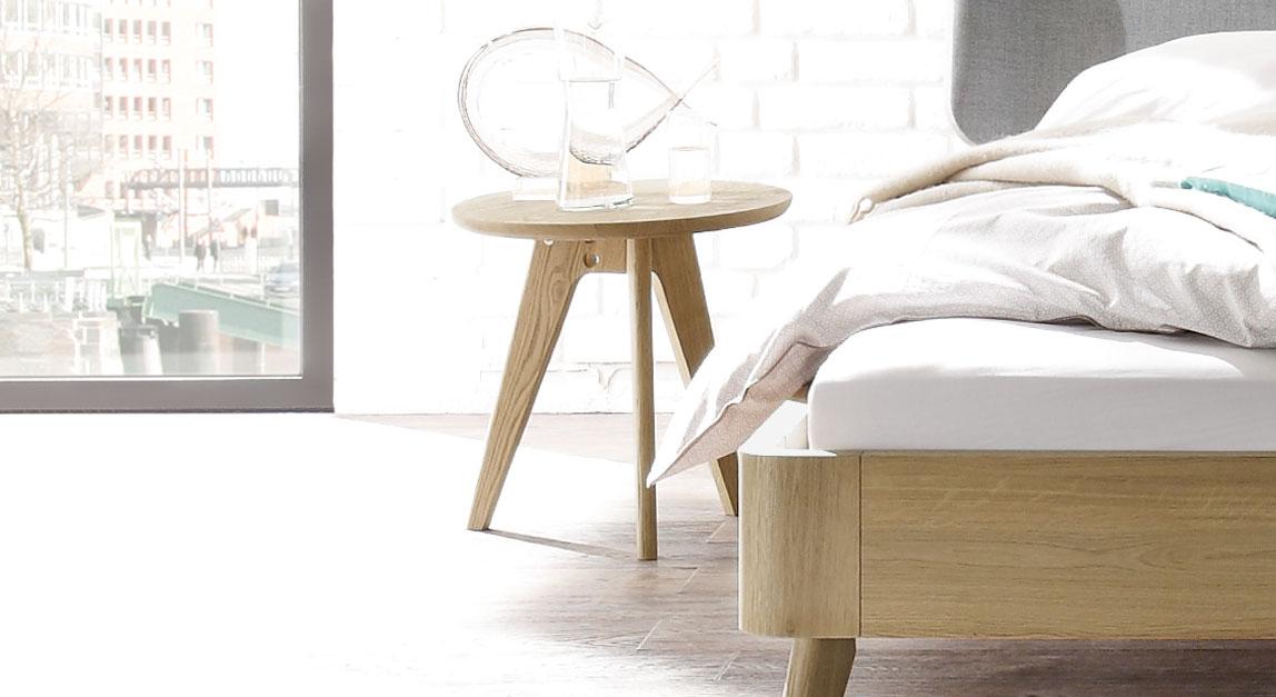 Moderner und hochwertiger Nachttisch und Hocker Rakaia