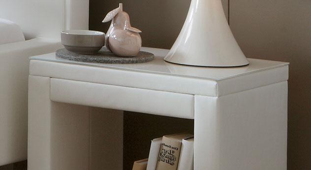 Nachttisch Marim aus Echtleder mit optionaler Glasplatte