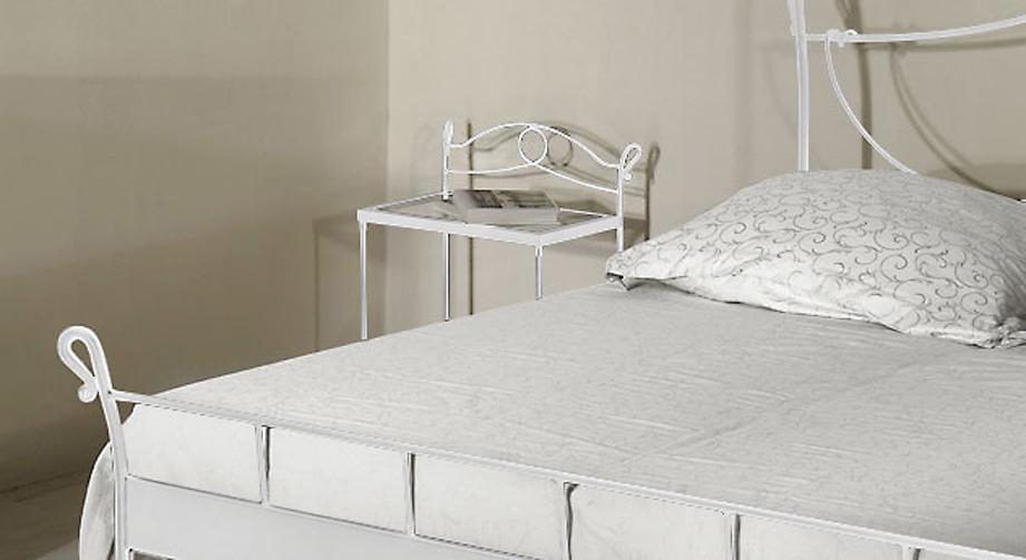 Weißer Nachttisch Odria in silbern gewischtem Metall