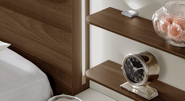 Nachttisch mit Paneel inklusive zwei Ablageplatten