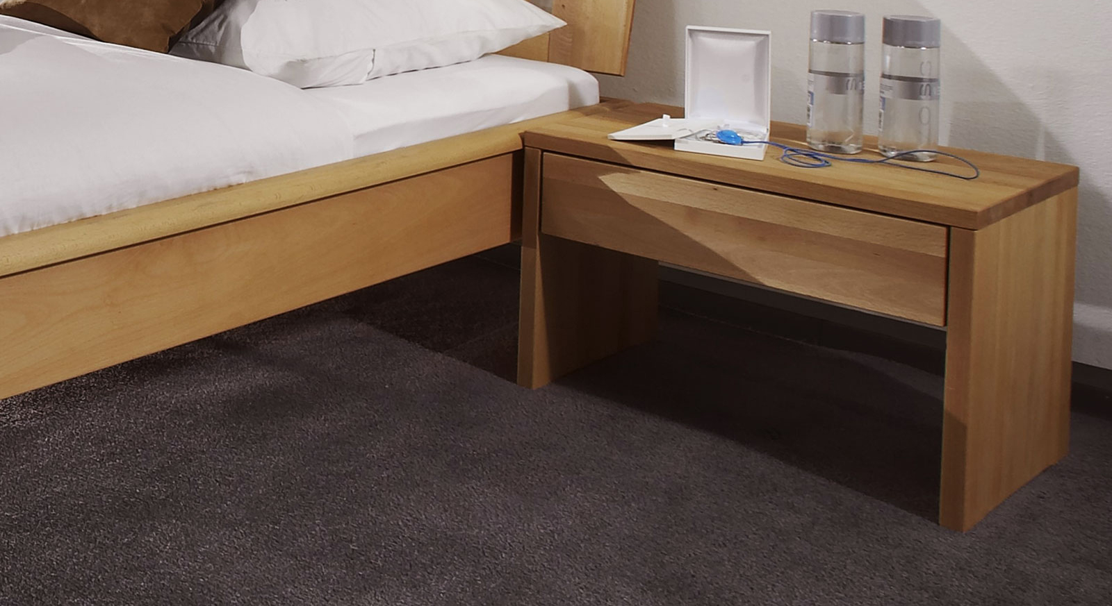 nachttisch massivholz buche great affordable massivholz nachttisch eiche massiv vera wildeiche. Black Bedroom Furniture Sets. Home Design Ideas
