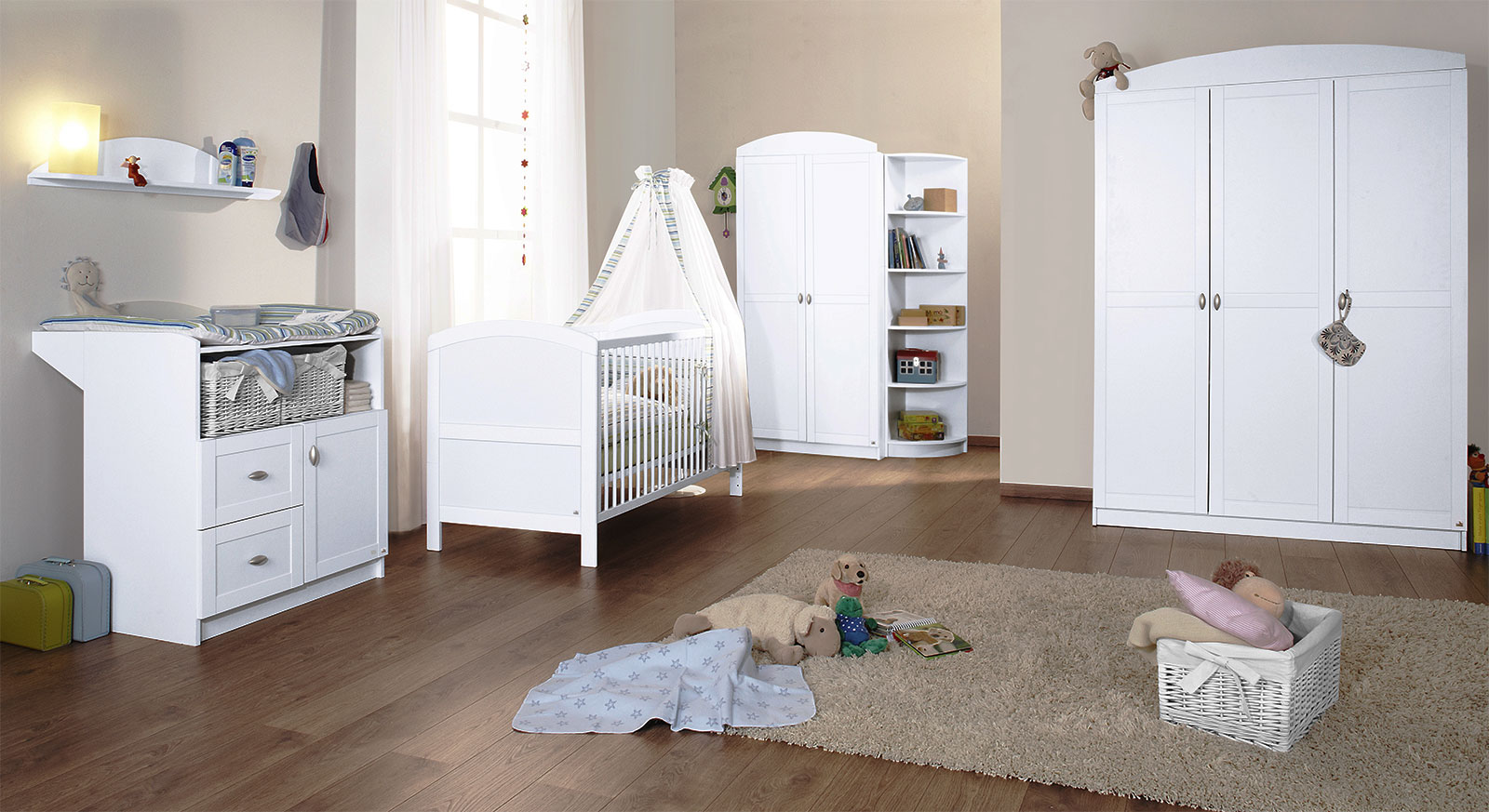 wei es babyzimmer laura als komplettset mit bett und schrank. Black Bedroom Furniture Sets. Home Design Ideas