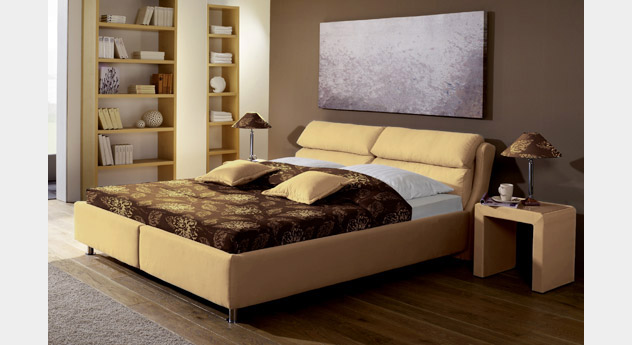 hohes polsterbett mit sandfarbenem velous bezug catania. Black Bedroom Furniture Sets. Home Design Ideas
