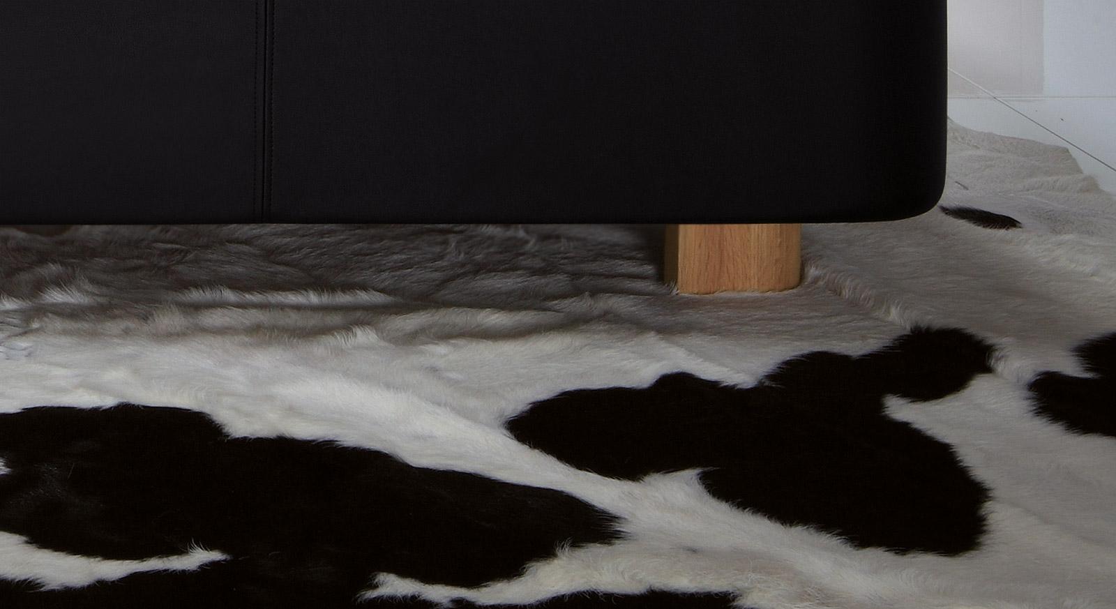 Hochwertiges polsterbett Alabama aus Kunstleder mit massiven Füßen.
