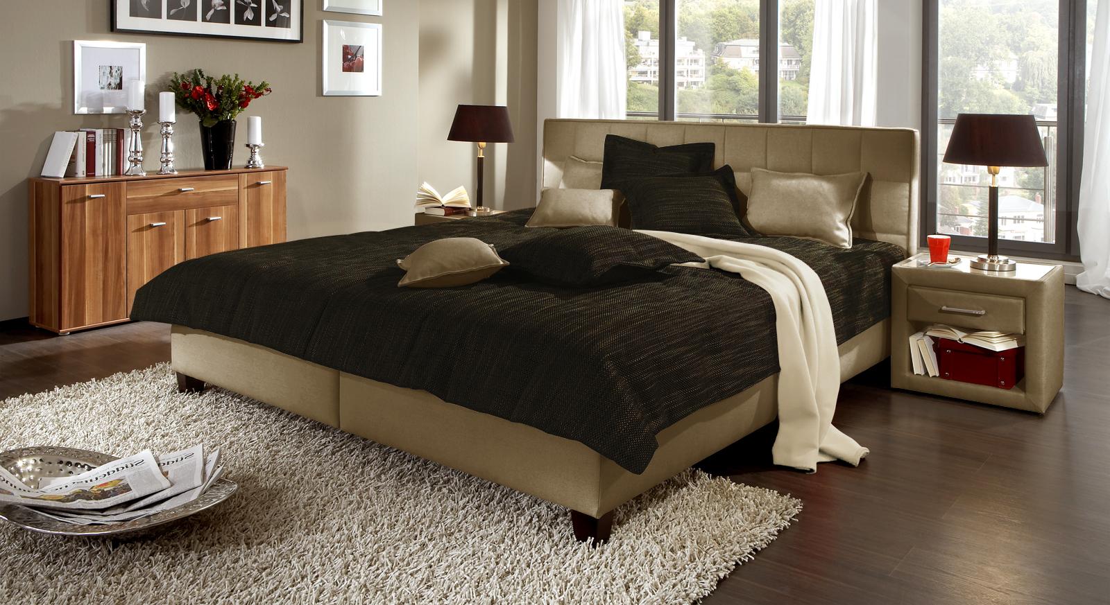 In modernem jutefarbenen Bezug ist das Polsterbett in der Doppelbett-Größe 140x200cm lieferbar.