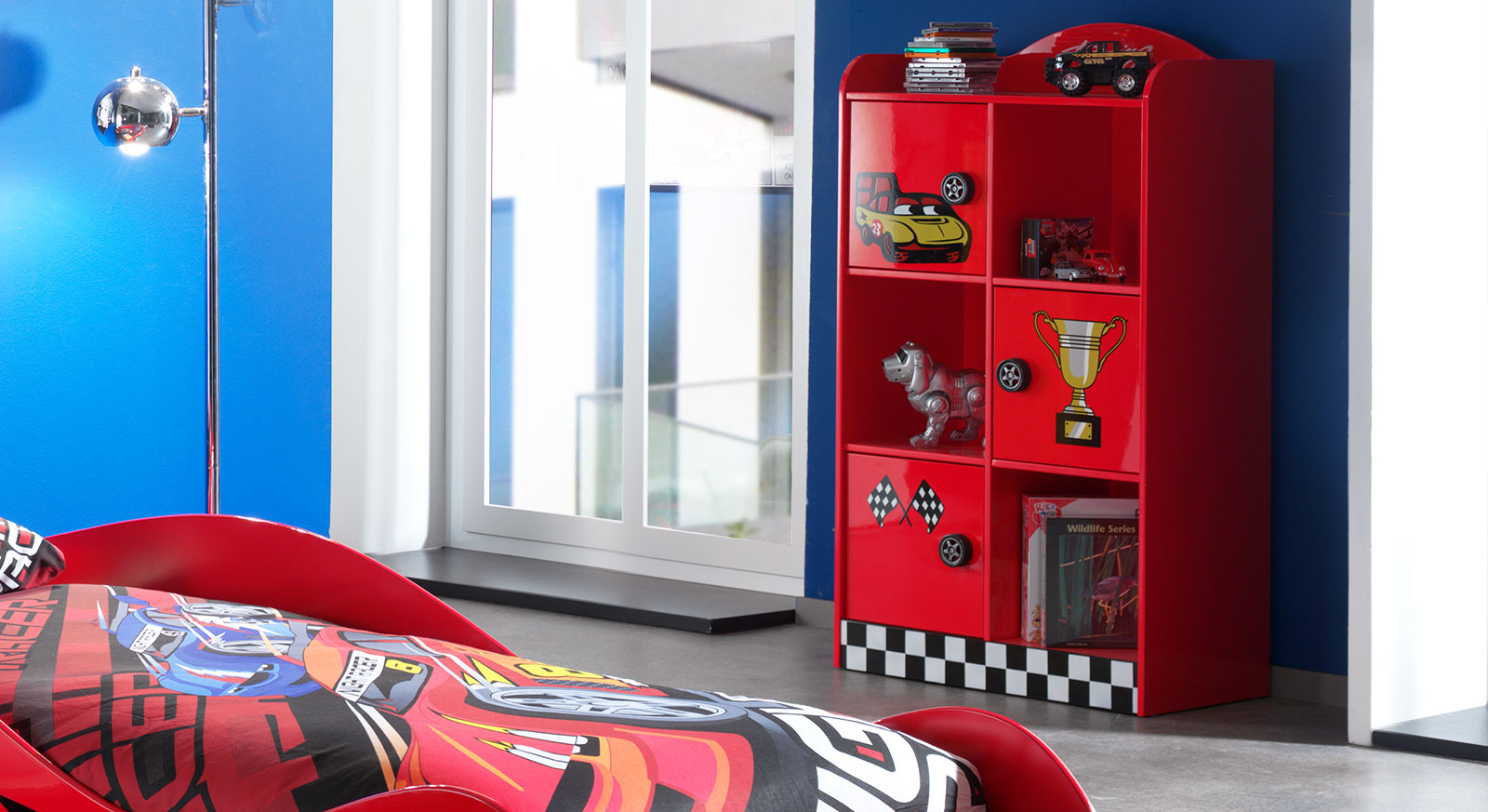 regal in rot f r das kinderzimmer mit rennauto motiv hero. Black Bedroom Furniture Sets. Home Design Ideas